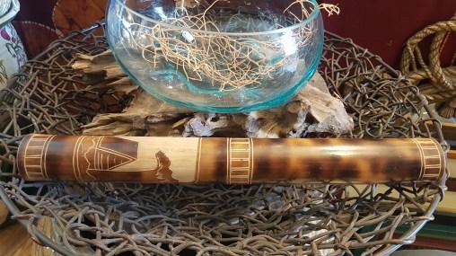 Bâton de pluie en bois sculpté de décors, INDONESIE - Prix de vente : 18€.