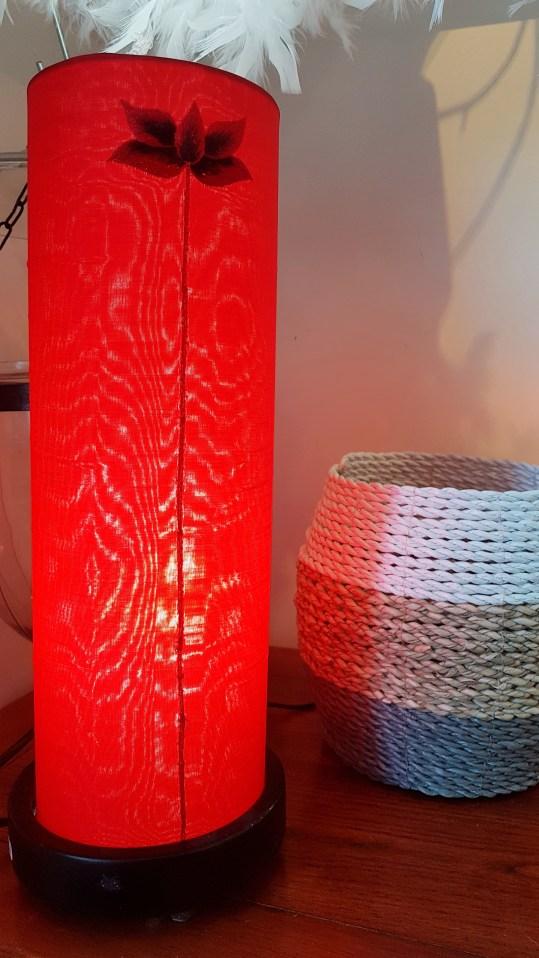 Lampe tube en soie tirée, INDE - Prix de vente : 45€.