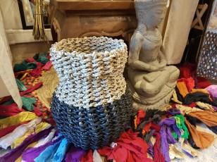 Panier en jonc de mer naturel et teinté tressé, INDONÉSIE - Dimension : 20 cm x 20 cm - Prix de vente : 40€.
