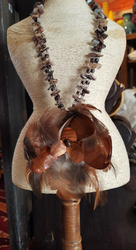 Collier « Fleur » en pétale de nacre serti de plumes, cordon en chips de résine, INDONÉSIE - Prix de vente : 18€.