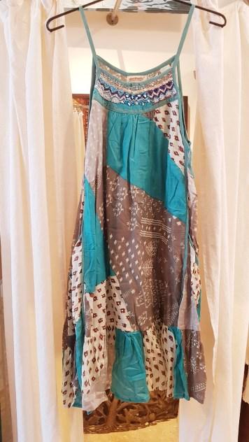 Robe en coton imprimé doublé brodé de perles, INDE - Prix de vente : 40€.