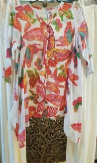 """Chemise """"Papillon"""" en voile de coton imprimé avec perles brodées, boutonnée tout le long, INDE - Prix de vente : 45€."""