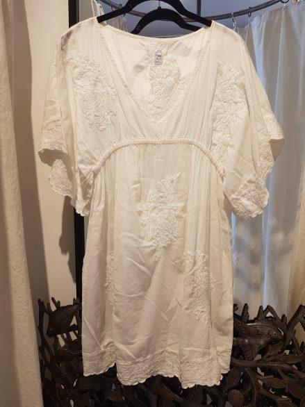 Robe en voile de coton, motif brodé, INDE - Prix de vente : 75€.