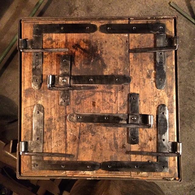 Trepunkts gångjärn, kapabla att hålla två glasade spegeldörrar till ett växthus