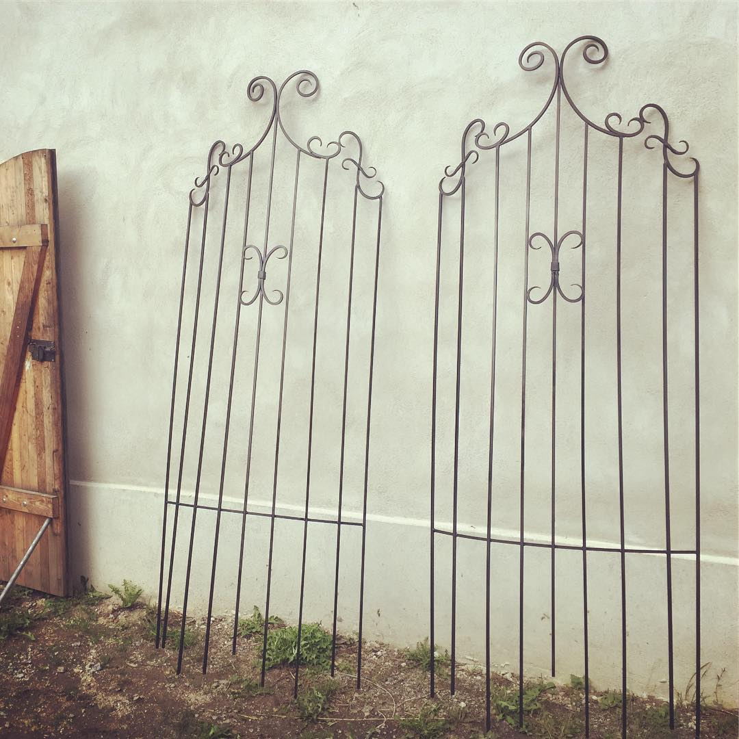 Stora spaljéer, ca 260 cm höga, ska stolt flankera en frontespiss på vackert beläget hus. ?? Two large garden trellises measuring some 260 cm in height, made to flank an entrance of a beautiful home