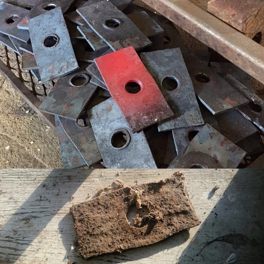 Hålslagning till 60+ dragbultsbrickor. Efter de var klara hittade @_grantwatkins denna förlaga i vemmerlövs gamla mölla, spöklikt nära i måtten med. 🇬🇧Punched holes in brackets forged for a set of pull bolts. Below an original which we found after completion of the project