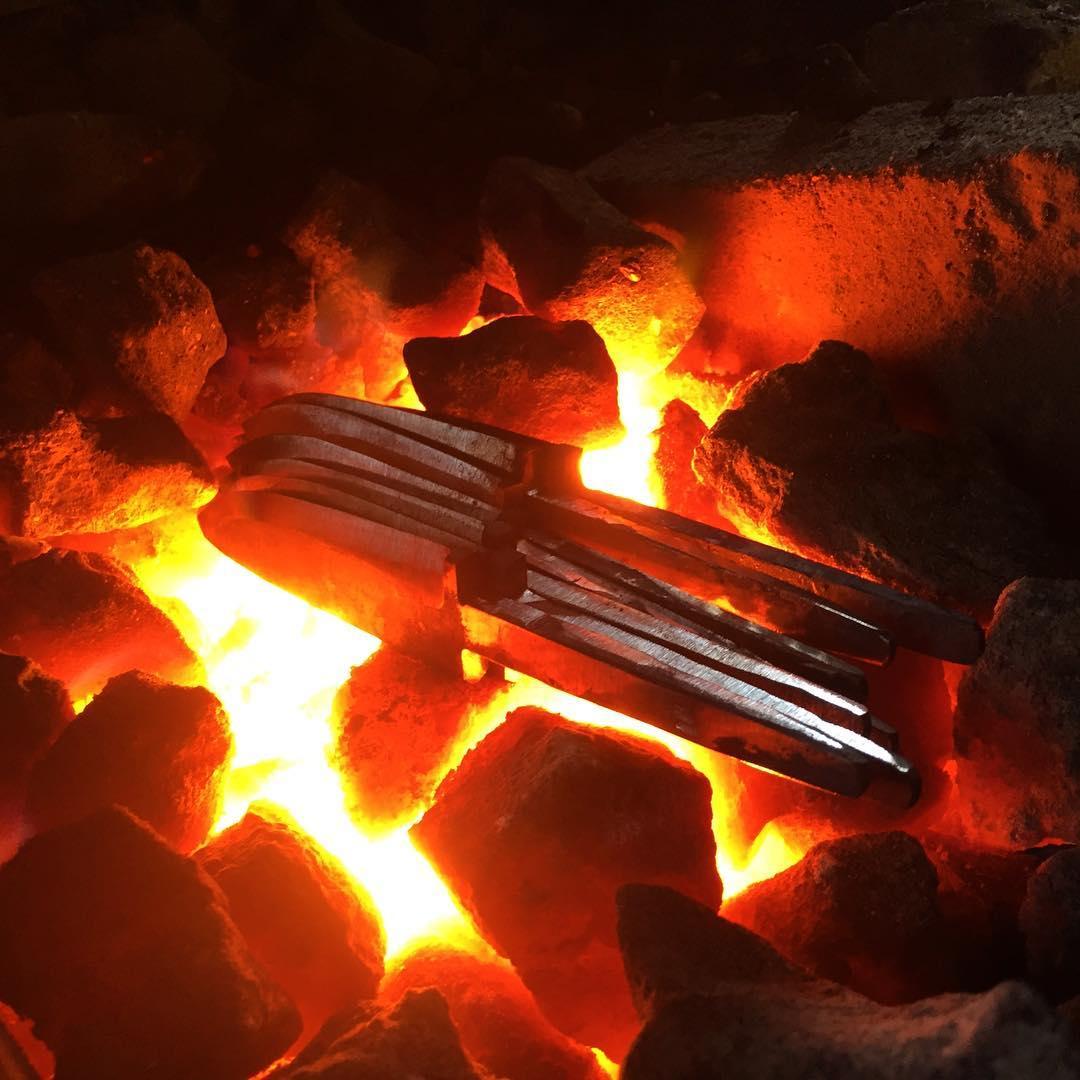 Lite knivsudd är aldrig fel så här på en lördag.  Med @thorbanke . Some Saturday knife forging is never wrong