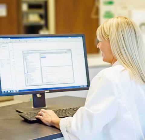 Tech using Spectroscopy Software