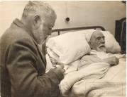 Baroja, ya muy enfermo, poco antes de su muerte y Hemingway