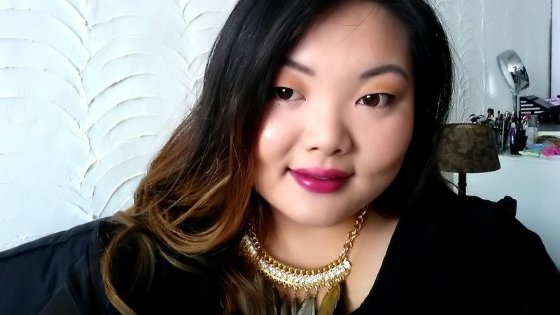 Op de ogen wat bronzer, kohl tussen de wimpers en een beetje mascara. Op de lippen een goeie stain van MAC Girl About Town.
