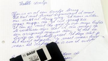 Liefde in de jaren '90: een handgeschreven brief en een diskette met een liefdesliedje.