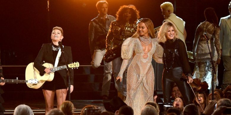 110316-Music-Beyonce-CMA-Performance