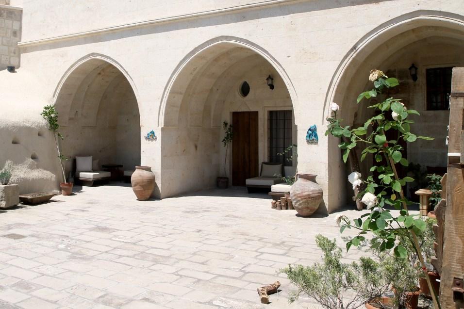 aya-kapadokya-outdoor-spaces-garden-level
