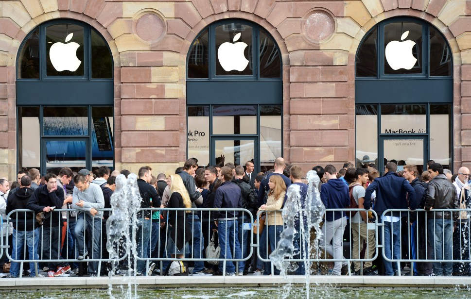 Apple-Store-iPhone-Line-France