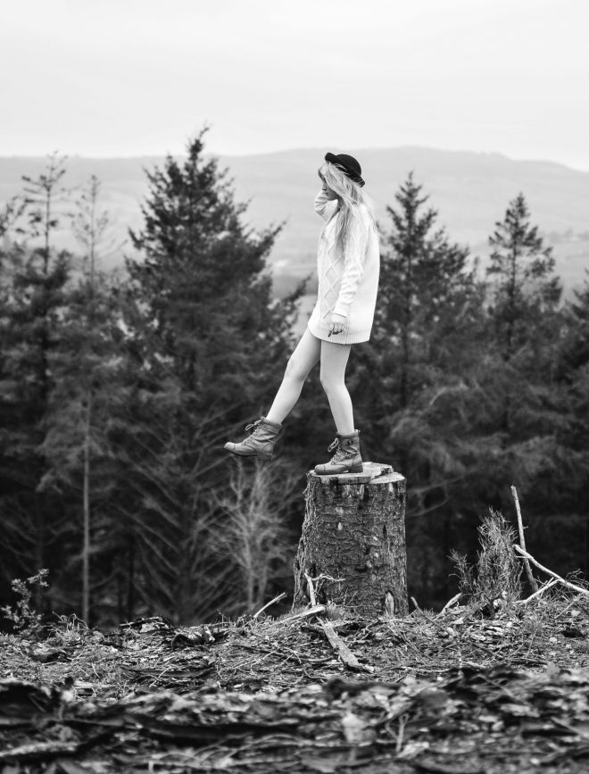 paxton-tower-portrait-wales-paxton tower-towy-valley-cymru-jasonthomasphoto-girl-hat-treestump-monochrome