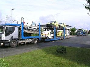 Abtransport einer Flotte von fertigen Menüfahrzeugen.