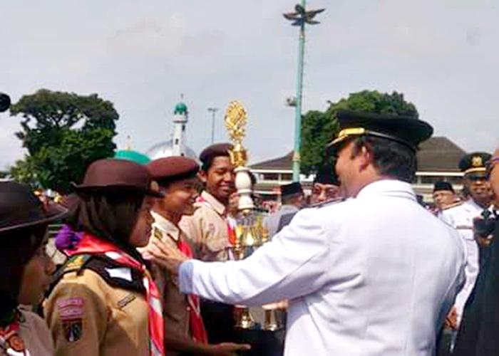 Bupati Banyumas saat menyerahkan piala kepada pemenang.