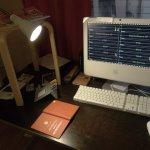 Skirvbord med dator och en pall på bordet med en lampa