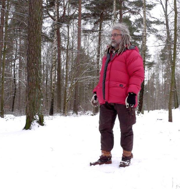 Jag står med dunjacka, skinnbyxor och kero skor med skoband i Karlbergsskogen