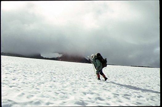 Vandrar över snöfält på väg mot Vallenvagge