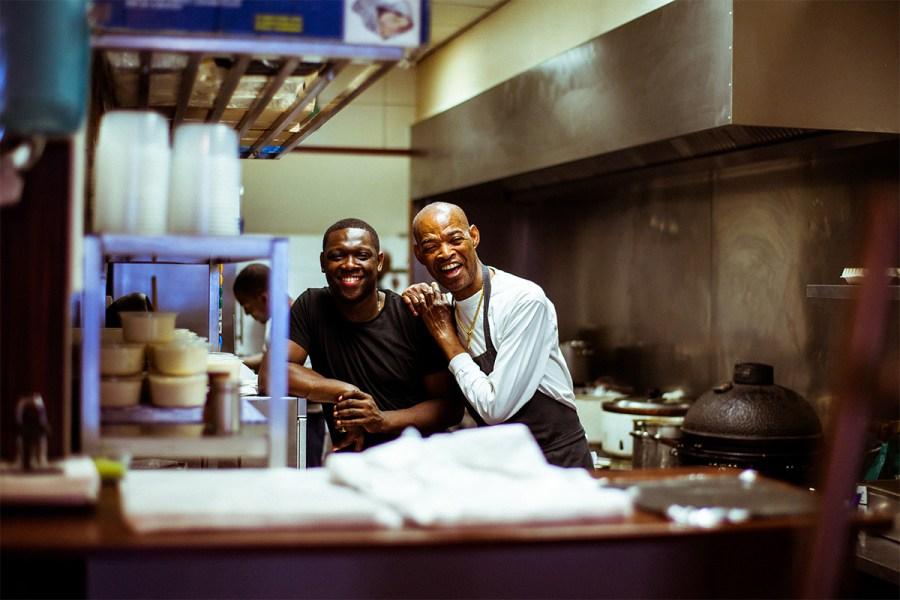 Ricardo en zoon Tony in de keuken van Ricardo's