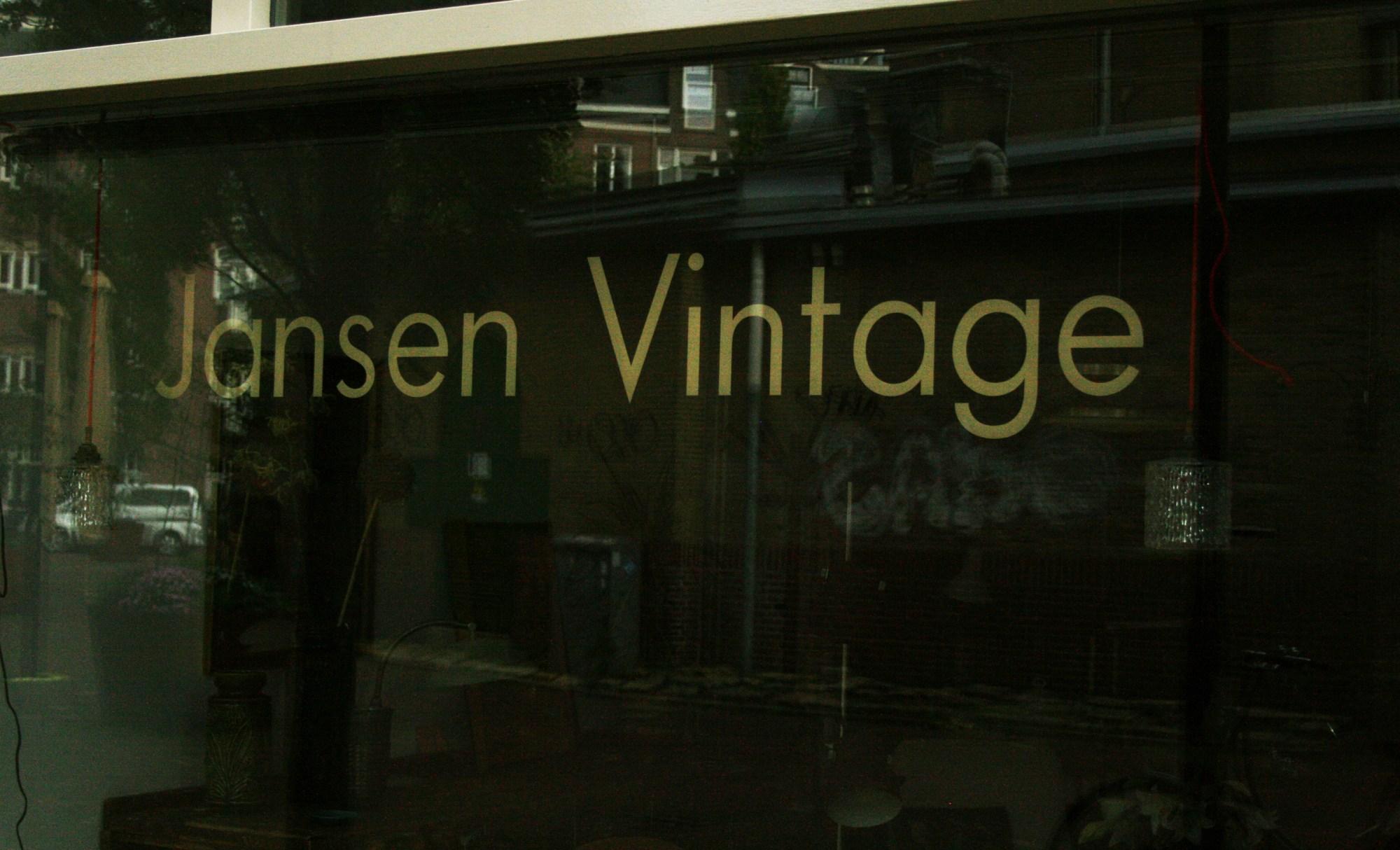 De gevel van Jansen Vintage op het Javaplein in het Javakwartier