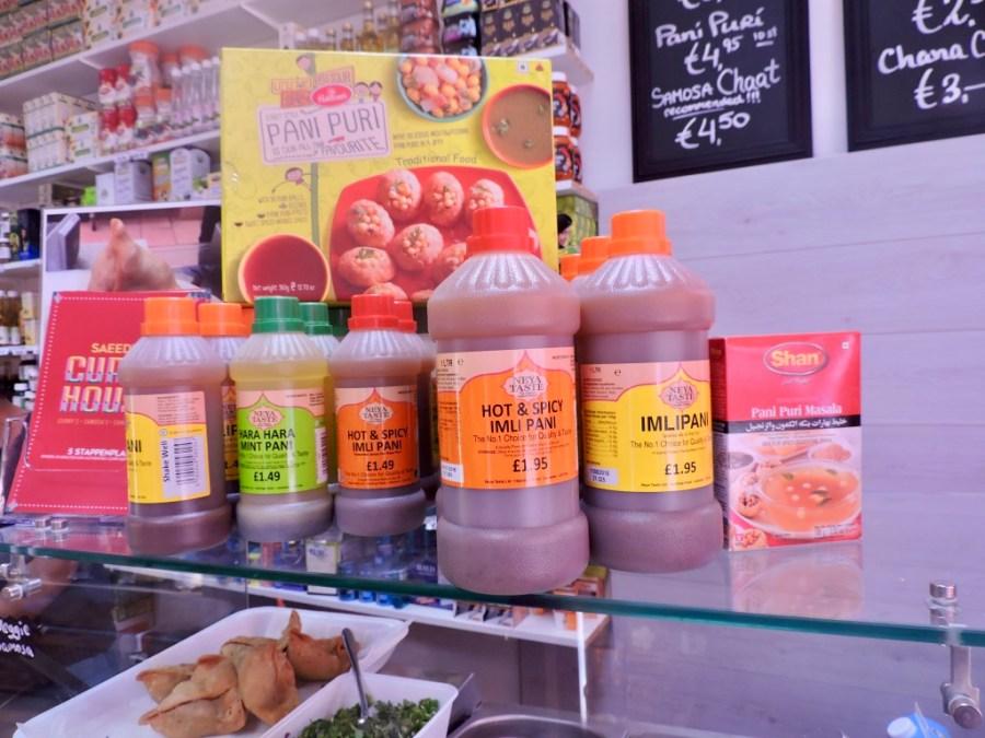 Sauzen een panipuri-pakket in Saeed's Curry House in de Javastraat