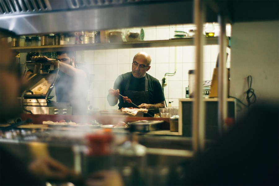Mustafa rijgt vlees aan een spies in de keuken van Ocakbasi Koksmuts op de Javastraat in het Javakwartier