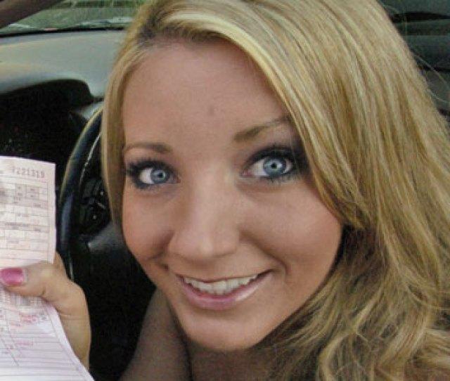 Barbie Cummings  De La Madrugada Del  De Mayo Condado De Wilson Tennessee Eeuu Un Agente Estatal Detiene Un Honda Accord Rosa Conducido Por Una