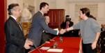 Pablo Iglesias, recogiendo una beca de Caja Madrid, saluda al Príncipe Felipe en presencia de Blesa.