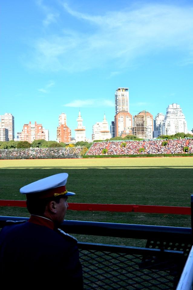 Miembro de la Fuerza Armada Argentina viendo el Polo
