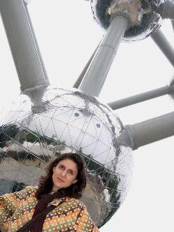Pilar bajo el Atomium (Bruselas)