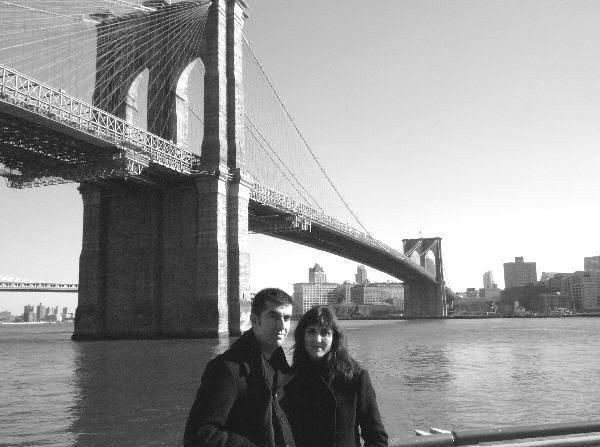 Con el puente de Brooklyn a nuestras espaldas (toma 2)