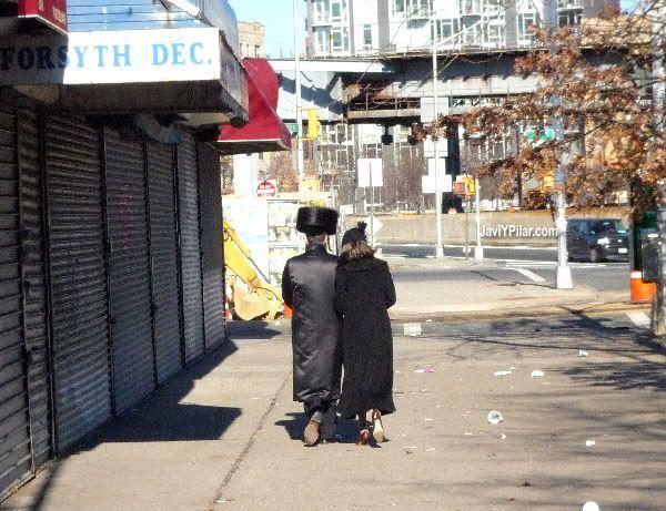 Típica pareja judía del barrio. El pelo de la chica no es natural. Visitando el barrio judío jasídico de Brooklyn (Nueva York) en Sabbath.