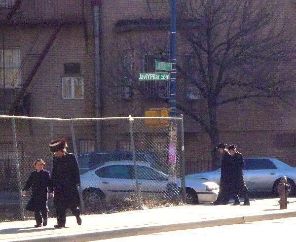 Padres e hijos. Visitando el barrio judío jasídico de Brooklyn (Nueva York) en Sabbath.