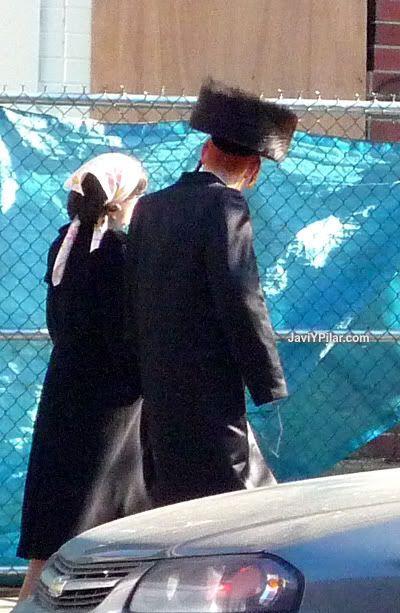 Parejita feliz. Visitando el barrio judío jasídico de Brooklyn (Nueva York) en Sabbath.