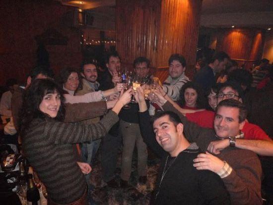 Todos los amigos juntos brindando por la navidad