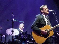 Glenn Frey y Don Henley al fondo (Madrid, 21 de julio de 2009)