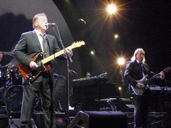 Don Henley y Joe Walsh al fondo (Madrid, 21 de julio de 2009)