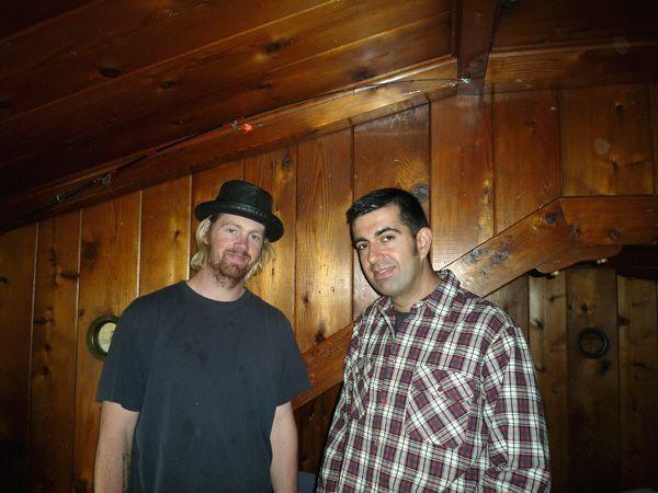 Javi en la habitación de Kurt Cobain en Montesano (Washington) con uno de sus actuales inquilinos