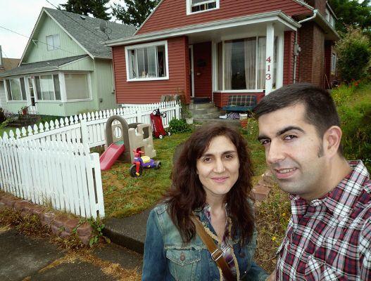 Nosotros en la puerta de la casa de Kurt Cobain en Montesano (Washington)