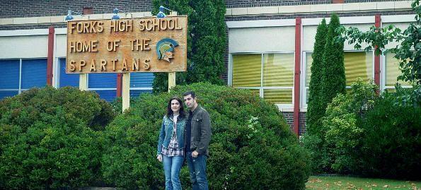 Nosotros en la entrada del instituto de Forks (Washington)