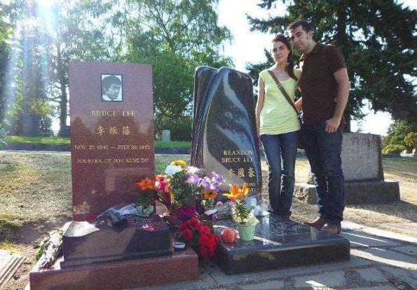 Al lado de la tumba de Bruce y Brandon Lee