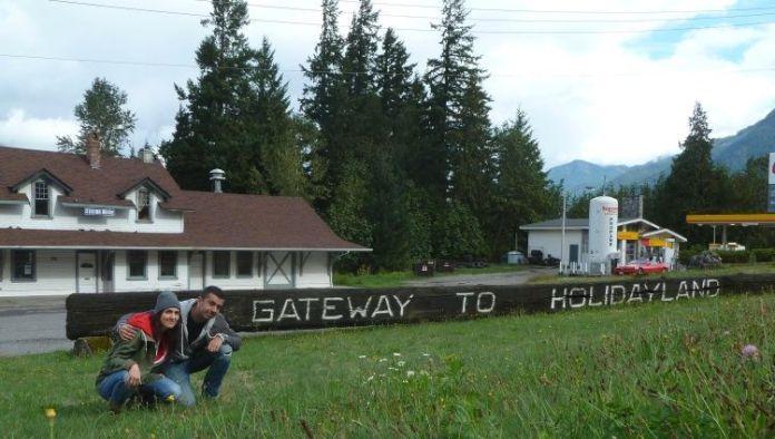 """En Hope, el pueblo de Rambo. Cartel de """"Gateway to Holidayland"""""""