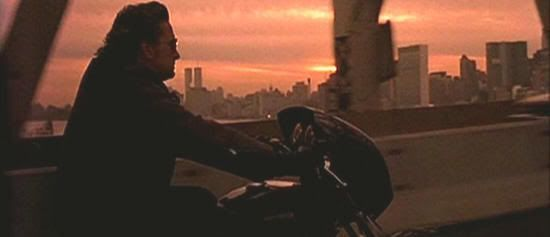 """Michael Douglas cruzando en moto el puente de Manhattan en """"Black Rain"""""""
