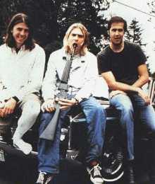 Cobain bromenado con un rifle. Triste ironía...