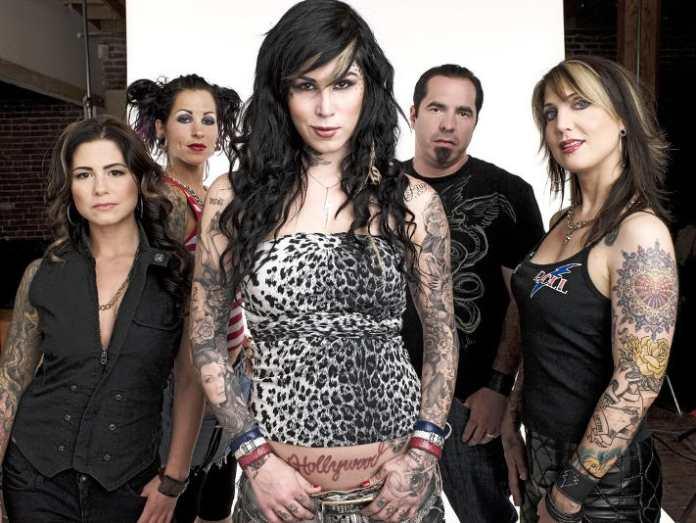 Kat Von D, tatuadora protagonista del programa de televisión L.A. Ink y su equipo