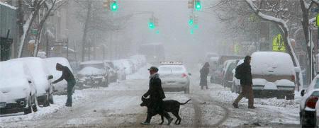 Vecinos bajo la nieve en el East Village neoyorkino, tras las fuertes nevadas de las últimas horas