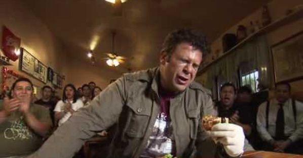 """Adam Richman (Man V. Food) enfrentándose al desafío """"cuatro jinetes"""" en San Antonio (Texas)"""