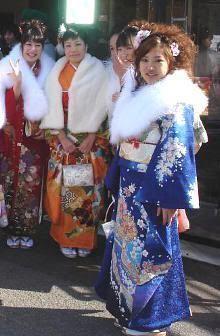 Amigas se reúnen en seijin no hi (Tokio)
